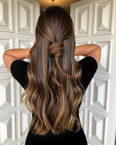 Prirodno smeđa nijansirana dugačka kosa