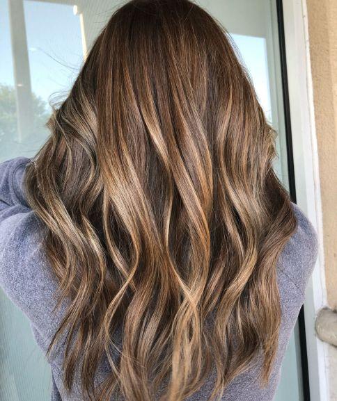 Smeđa kosa sa zlatnim pramenovima