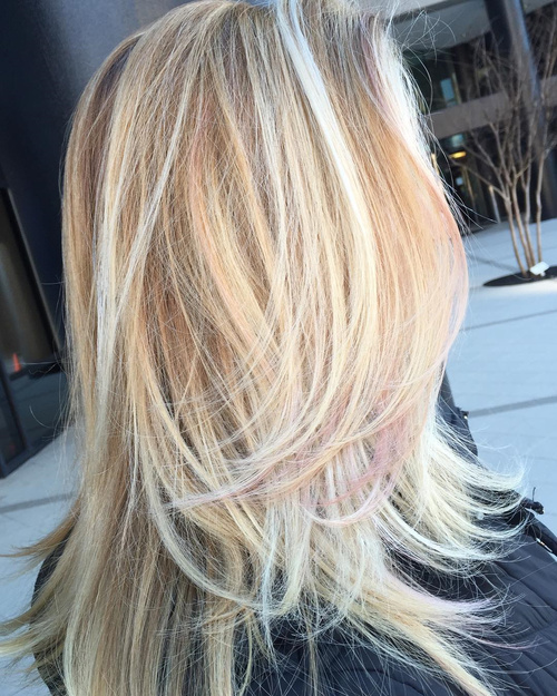 long blonde layered haircut with highlights