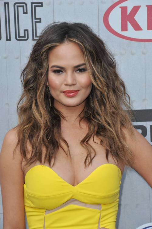 Chrissy Teigen beach waves hair with highlights
