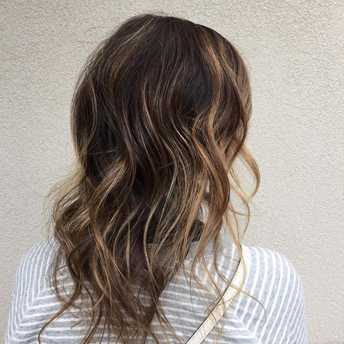 medium wavy hairstyle with highlights for thin hair