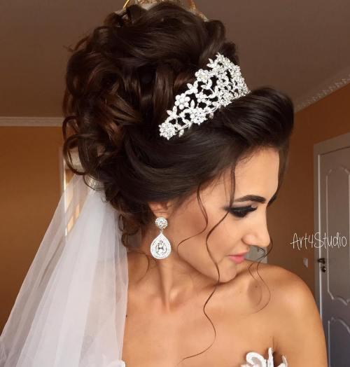 Кудрявое свадебное обновление с тиарой и вуалью