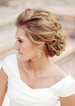 Wedding hairstyles for brides bridesmaids in 2018 therighthairstyle 20 breezy beach wedding hairstyles and hair ideas pmusecretfo Images