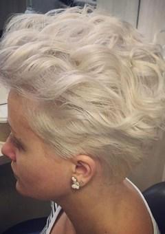 short blonde wavy hairstyle