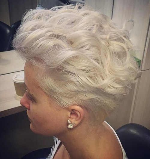 short blonde wavy hairstyle