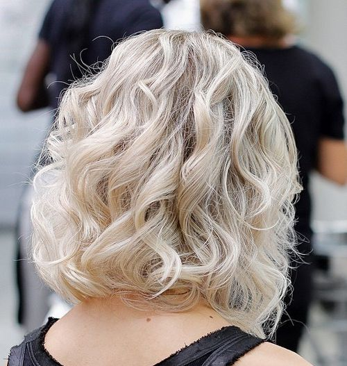 collarbone blonde short bob