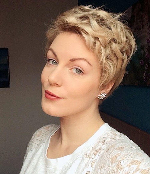messy pixie hairstyle
