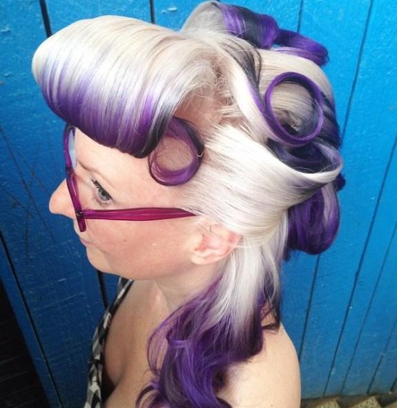 Coiffure blonde et violette à moitié relevée