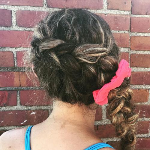 Side Messy Braid für lockiges Haar