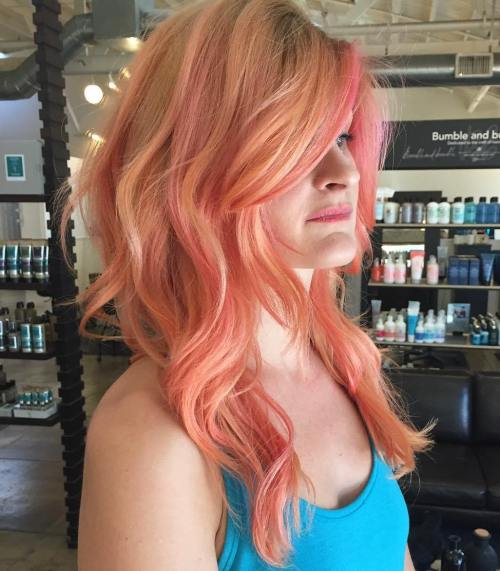 Strawberry Blonde Haare mit rosa Highlights