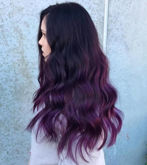 Schwarzes Haar mit lila Balayage