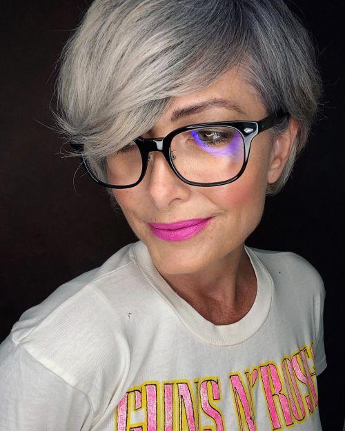 Pixie longo acinzentado com cabelos grisalhos crescendo