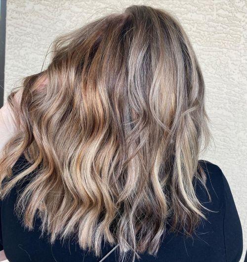Balayage loira acinzentada para a transição para cabelos grisalhos
