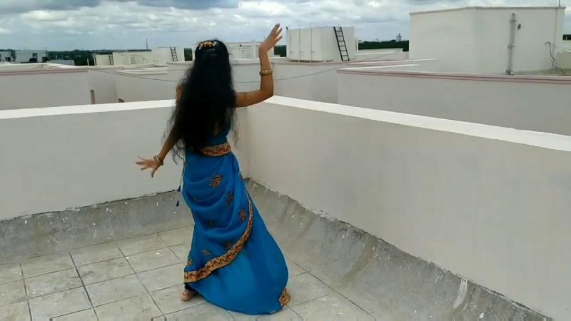 வீட்டின் மொட்டை மாடியில் நின்று இளம்பெண் போட்ட செம டான்ஸ்