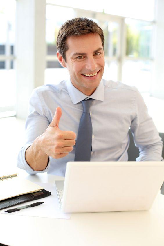 client de thermolabo heureux derrière son ordinateur