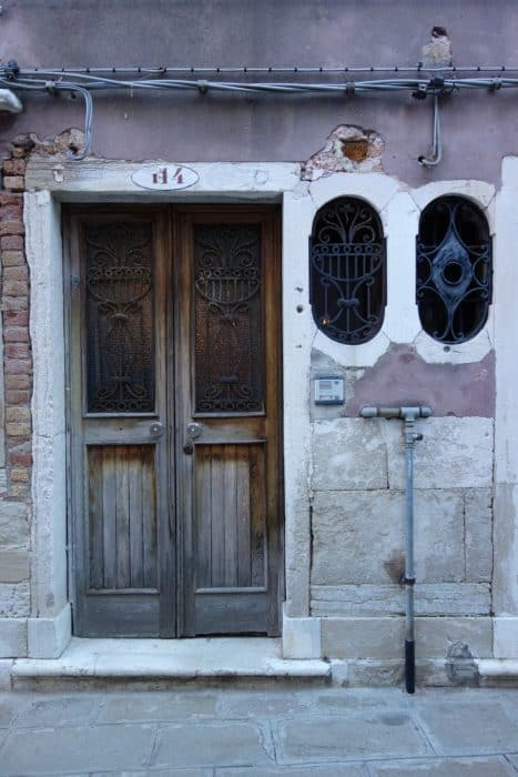 Getting lost on purpose in Venice and discovering Venetian life! off the beaten path, off the beaten track, different things to see in venice, maze, italy, travel, backpacking in venice, real life in venice, how they live in venice