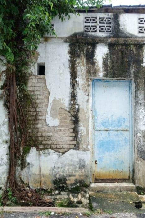 texture, crumbling, graffiti, Ernest Zacharevic, The amazing, creative and interactive street art of Georgetown, Penang, Malaysia, motorbike, basketball, kids on bike, rower man, chinese houses, art, wire, culture, history, map, where to see the street art of Penang, where to go in Penang, things to do in Penang, things to see, Armenia street, Street art Penang, guide, locations