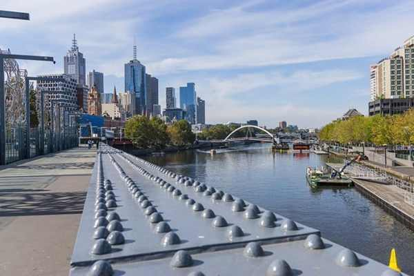 A bridge over the Yarra River in Melbourne, Australia, travel photography tips for beginners, Tips on travel photography, tips for travel photography, tips for better travel photos, How to take better photos, composition, Street photography, portrait photography, landscape photography,