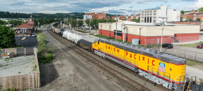 The Largest Diesel Locomotive Visits Pittsburgh – DDA40X