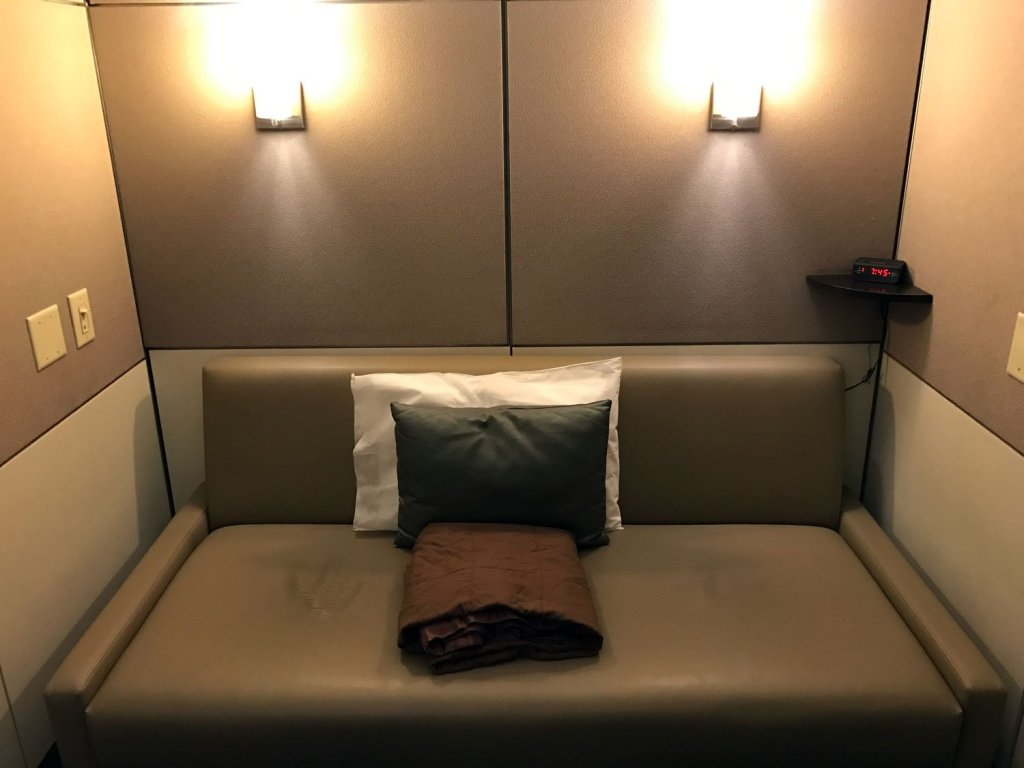 minute-suites-atlanta-airport-couch