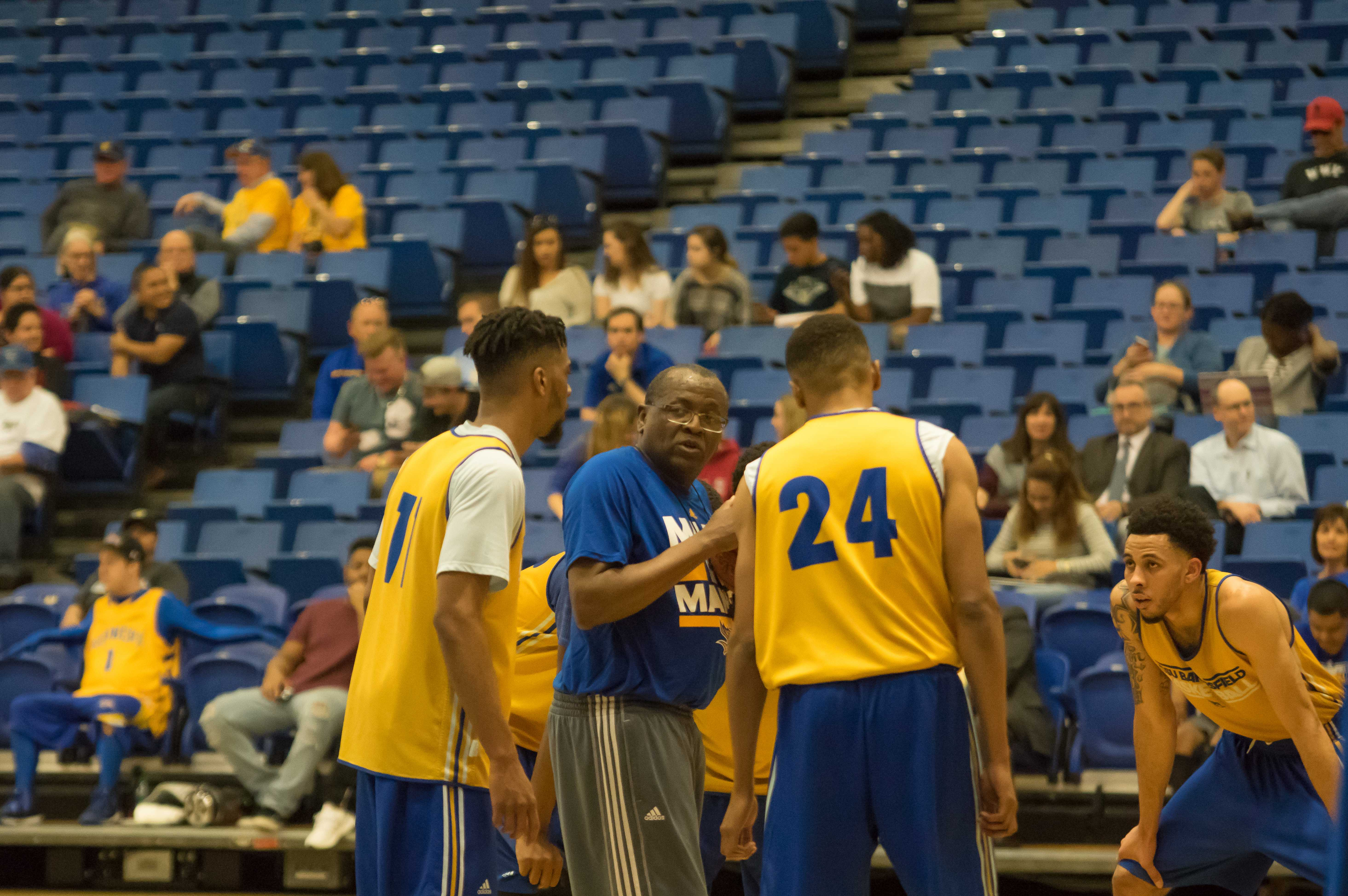 CSUB head coach Rod Barnes talks to his players during the open practice on Tuesday. Photo by Ben Patton/The Runner