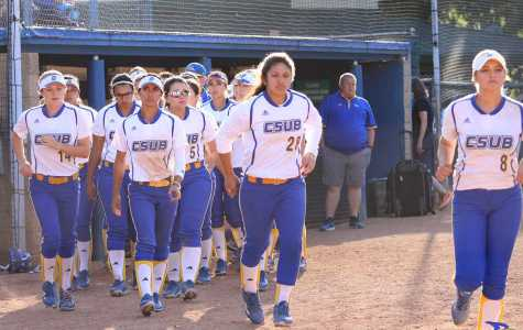 CSUB softball team gets ready to take the field. Photo by Alejandra Flores/The Runner