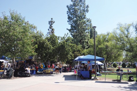 This picture is the whole figure of the ClubFair.There were over 20 clubs on September 4, 2019 outside the Runner Cafe