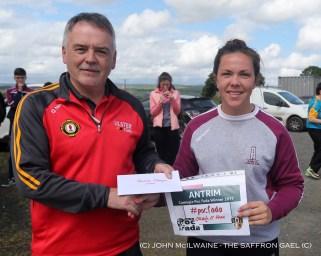 Kieran Magraw presents the Ladies winner award to Orla O'Hara