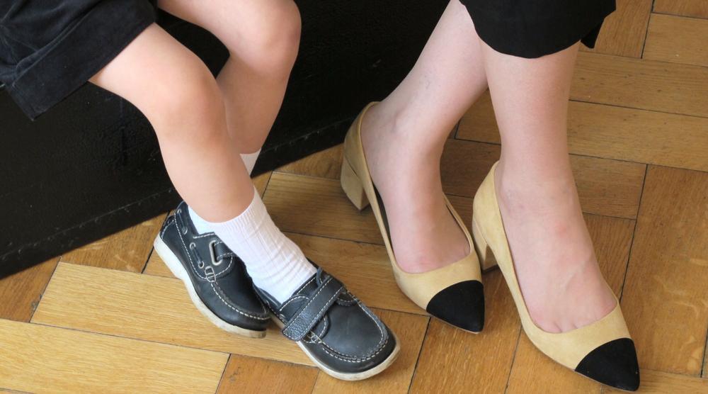 Fuesse von Mutter und Sohn mit schoenen Schuhen
