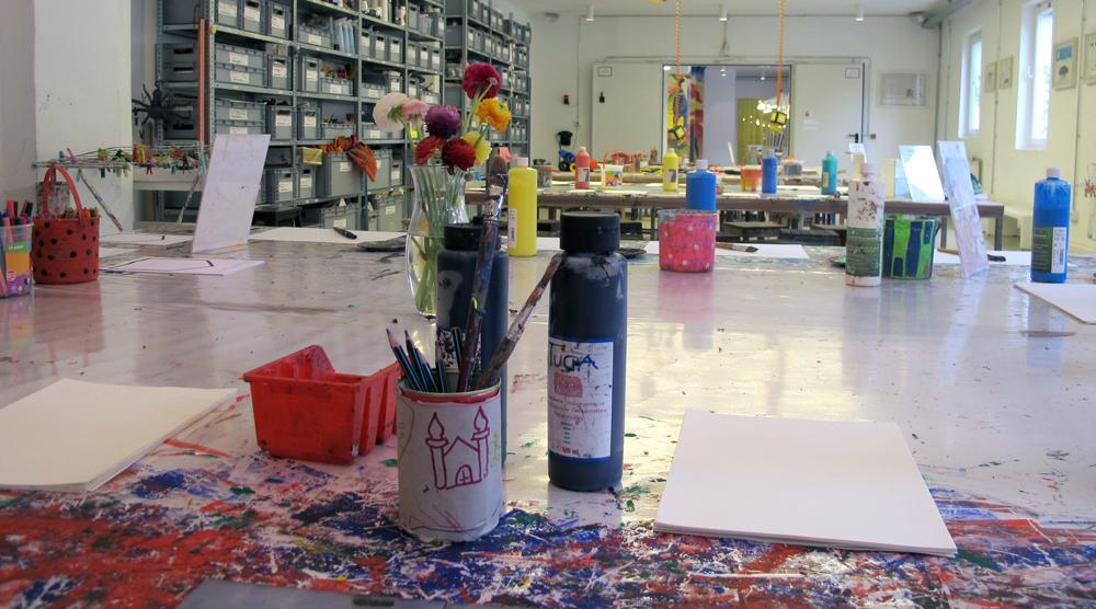 Kinderkunsthaus - Tische mit Farben