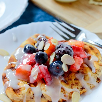 grilled cinnamon bun flatbread with fruity topping