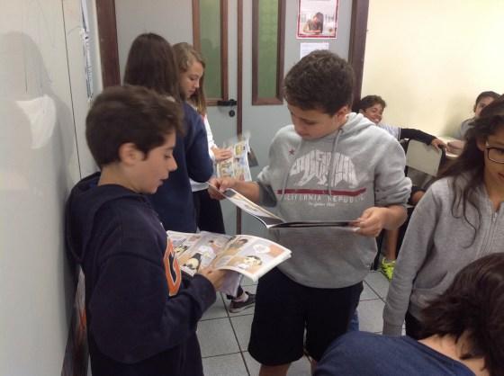 Crianças leem e comentam a revista Samurai Boy