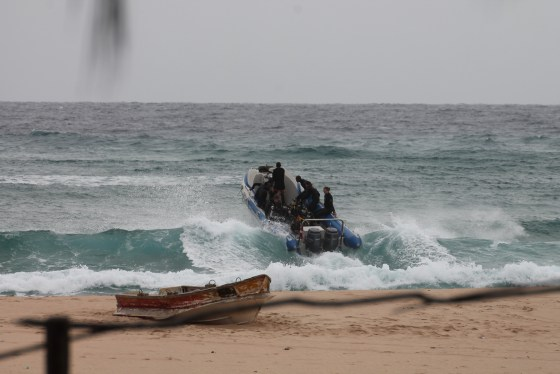 Early morning action as divers head out at Praia do Tofo