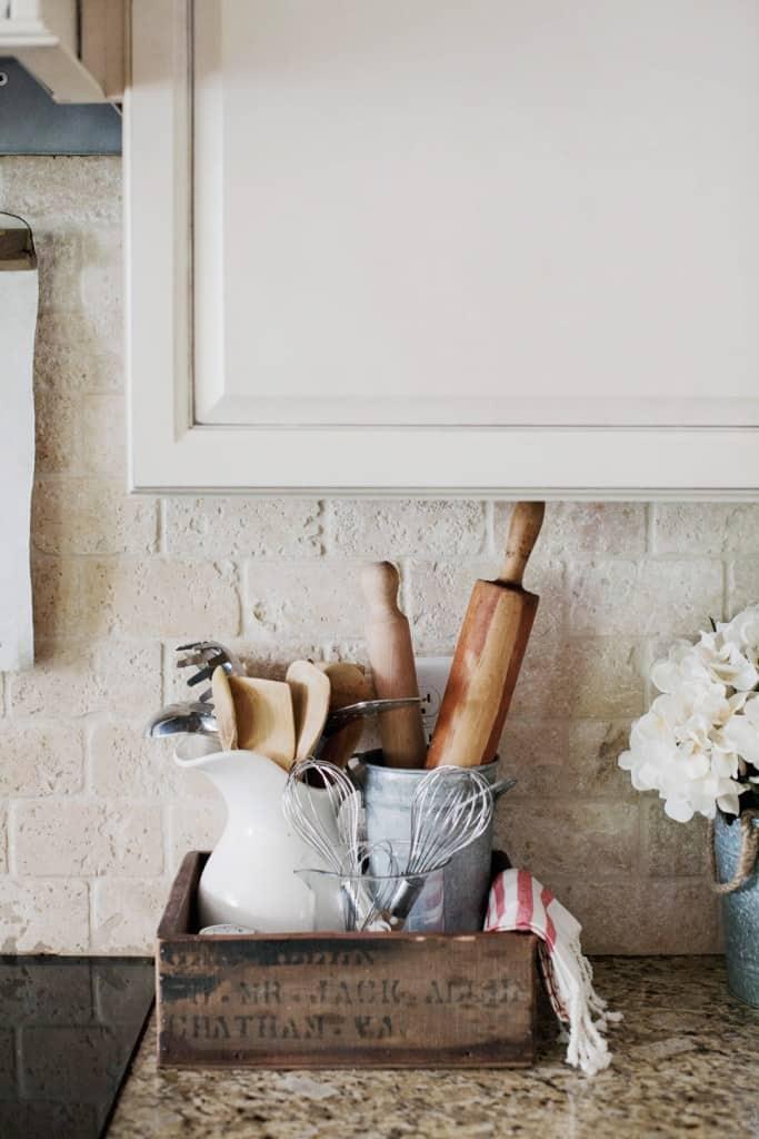 10 Farmhouse Kitchen Decor Ideas That Would Make Joanna ...