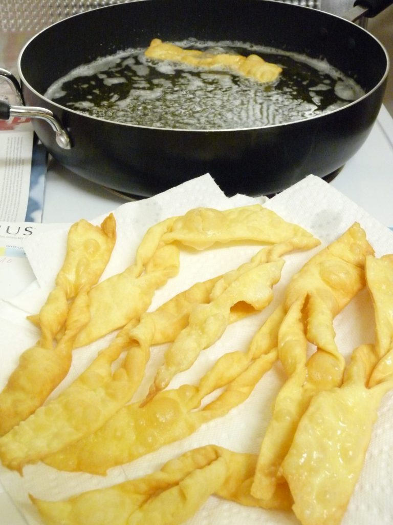 Frying faworki