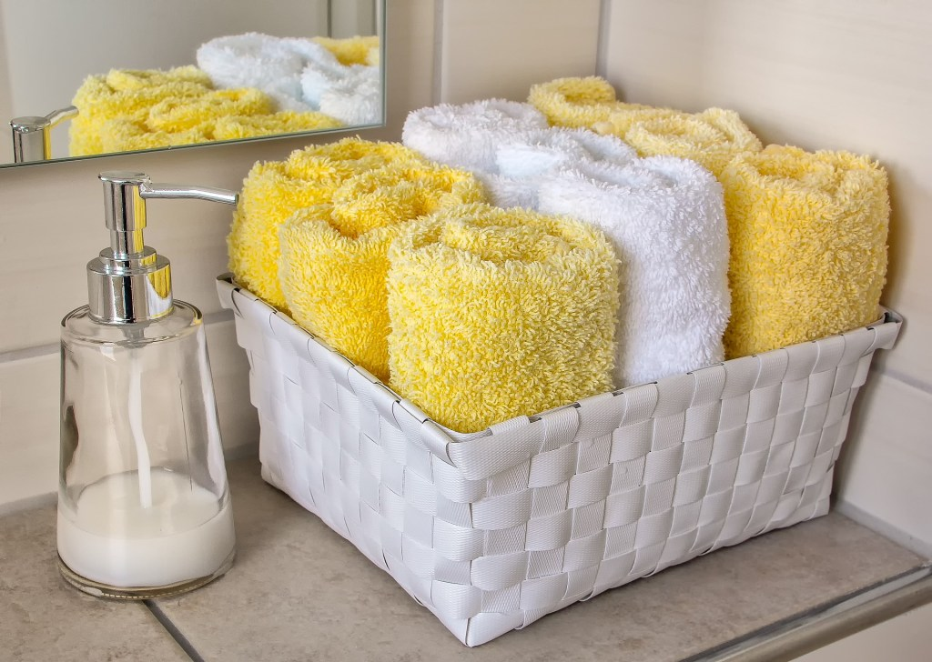 Easy steps to detox your bathroom #cleaning #bathroom #nontoxic #chemicals
