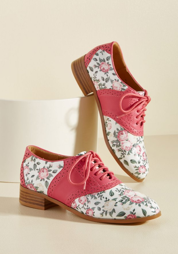 Oxford shoes with floral pattern and pink leather details