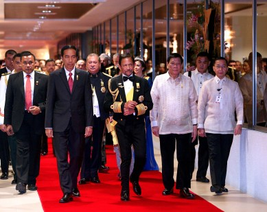 His Majesty (C) walks with Indonesian President Joko Widodo (2L) and Philippines President Rodrigo Duterte (3R) at Istana Nurul Iman. Photo: Infofoto
