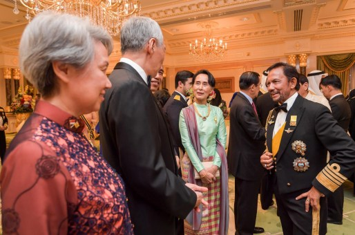 HM the Sultan of Brunei (R) speaks with Myanmar State Counsellor Aung San Suu Kyi (C) and Singapore PM Lee Hsien Loong (2L) at Istana Nurul Iman. Photo: Infofoto