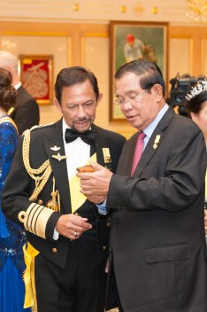 His Majesty (L) and Cambodian PM Hun Sen. Photo: Infofoto