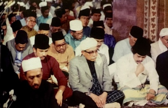 HM the Sultan, accompanied by his father and brothers, attend prayers at SOAS Mosque on the eve of Brunei's independence. Photo via Brunei History Centre/Infofoto