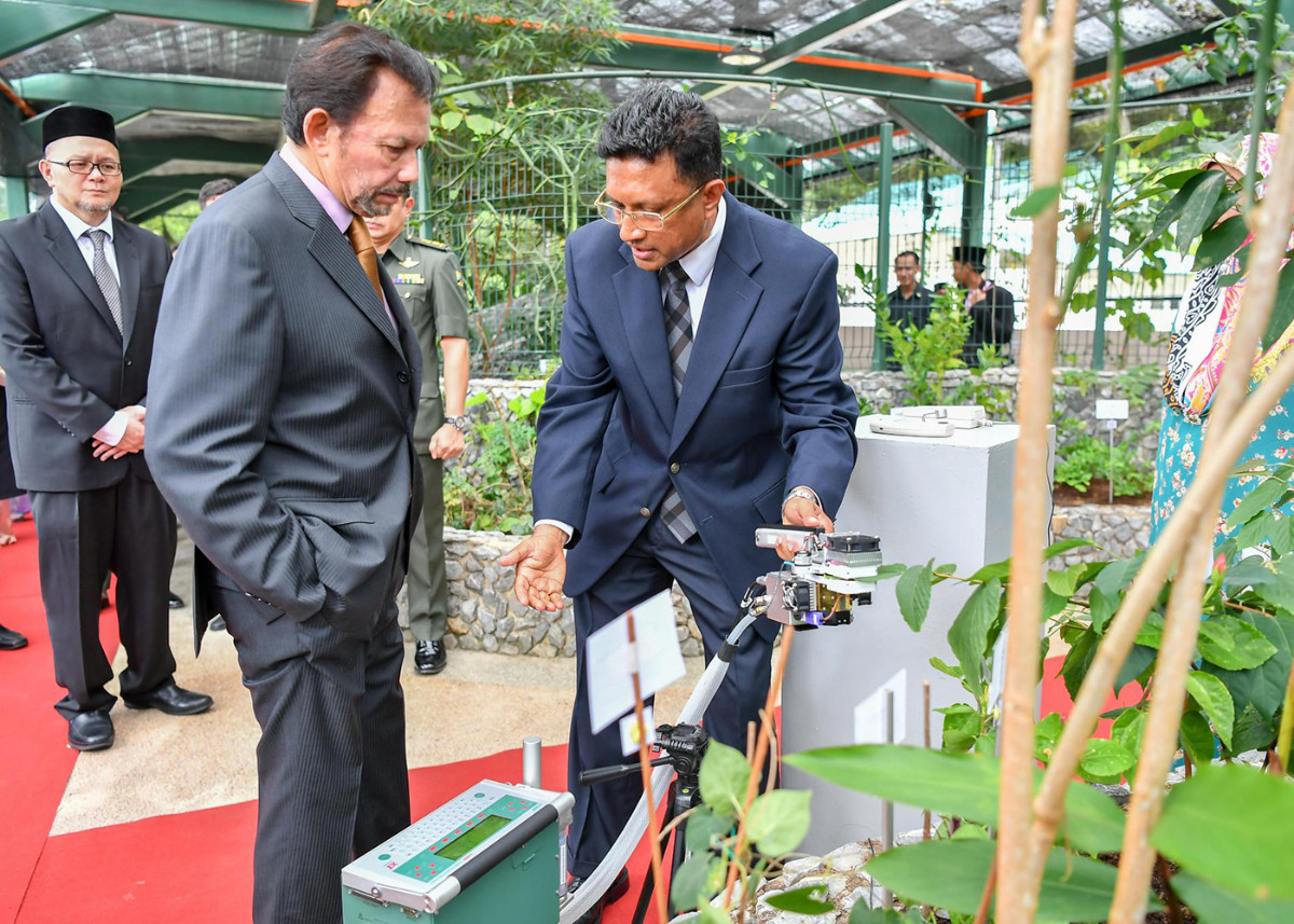 HM the Sultan tours the UBD Botanical Research Centre. Photo: Infofoto