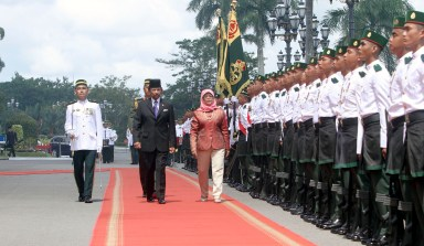 HM the Sultan and Singapore President Halimah Yacob inspect a guard of honour at Istana Nurul Iman on May 12, 2018. Photo: Infofoto