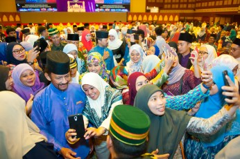 HM the Sultan and HM the Raja Isteri mingle with guests at the Hari Raya celebration organised by Yayasan Sultan Haji Hassanal Bolkiah at the ICC on July 15, 2018. Photo: Infofoto
