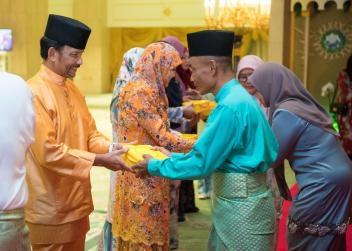 HM the Sultan and HM the Raja Isteri hand out korban meat to members of the public at Istana Nurul Iman in conjunction with Hari Raya Aidiadha on Aug 22, 2018. Photo: Infofoto
