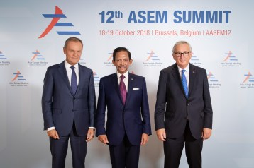 HM the Sultan of Brunei (C) takes a picture with President of the European Council Donald Tusk (L) and President of The European Commission Jean-Claude Juncker (R) during the opening of the 12th Asia-Europe Meeting in Brussels, Oct 19, 2018. Photo: Infofoto