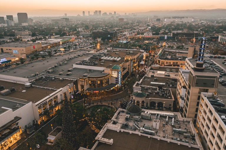 the grove shopping center in los angeles at sunset FH7SCX6 768x511