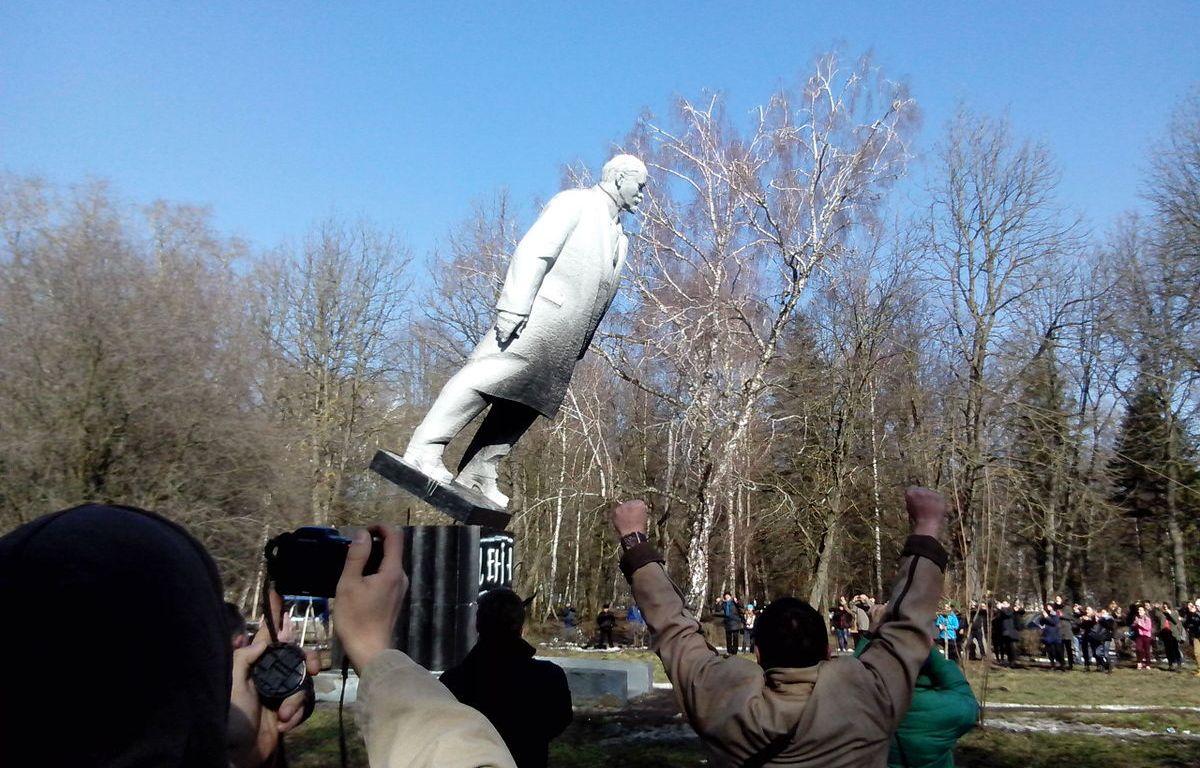Falling of Lenin in Khmelnytskyi park