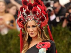 Sarah Jessica Parker wears a Peter Tracy headpiece