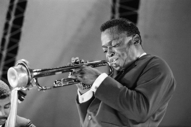 Miles Davis playing at the Randall's Island Jazz Festival in New York, ca. 1960.  Again, note the soft, drop shoulder and that there's no buttons on the sportcoat sleeve.